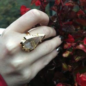 δαχτυλίδι σε σχήμα βέλους από λευκό χαλαζία
